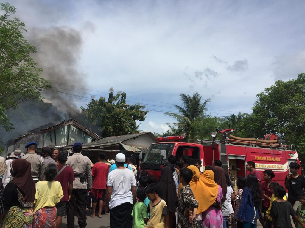 Diduga Konseliting Listrik , Gudang Penyimpanan Spring bed Lembar Selatan Ludes Terbakar